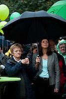 Berlin, Die Spitzenkandidatin zur Bundestagswahl, Katrin Goering-Eckardt (r.) und die Fraktionsvorsitzende von Buendnis90/Die Grünen im Bundestag und Direktkandidatin, Renate Kuenast, stehen am Freitag (20.09.13) bei einer Wahlkampfveranstaltung von Bündnis 90 / Die Grünen unter einem Regenschirm. Foto: Steffi Loos/CommonLens