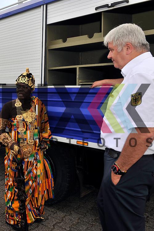 Ludwigshafen 11.07.16 Fahrzeuguebergabe des THW an Koenig Bansah aus Ghana im Bild v.l.: Koenig Bansah aus Ghana und THW-Praesident Albrecht Broemme.<br /> <br /> Foto &copy; Ruffler For editorial use only. (Bild ist honorarpflichtig - No Model Release!)