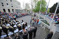 ALGEMEEN: JOURE: 04-05-2015, Dodenherdenking, Kranslegging in Park Heremastate door de plaatselijke jeugd, ©foto Martin de Jong