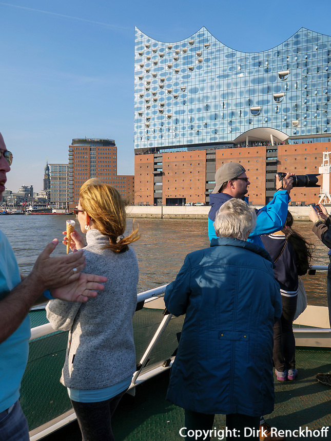 Hafenf&auml;hre vor der Elbphilharmonie in der Hafencity, Hamburg, Deutschland, Europa<br /> Ferry, concert hall Elbphilharmonie in the Hafencity, Hamburg, Germany, Europe