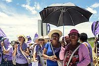 BRASILIA, DF, 21 FEVEREIRO 2012 - ENCONTRO NACIONAL DO MOVIMENTO MULHERES CAMPONESAS DO BRASIL - Mulheres que participaram do 1º Encontro Nacional do Movimento de Mulheres Camponesas do Brasil realizam uma caminhada para marcar o encerramento do evento em Brasília, nesta quinta-feira (21). Elas pedem pelo fim da violência contra mulher e homenagearam centenas de mulheres mortas pela violência doméstica. FOTO: RONALDO BRANDÃO / BRAZIL PHOTO PRESS