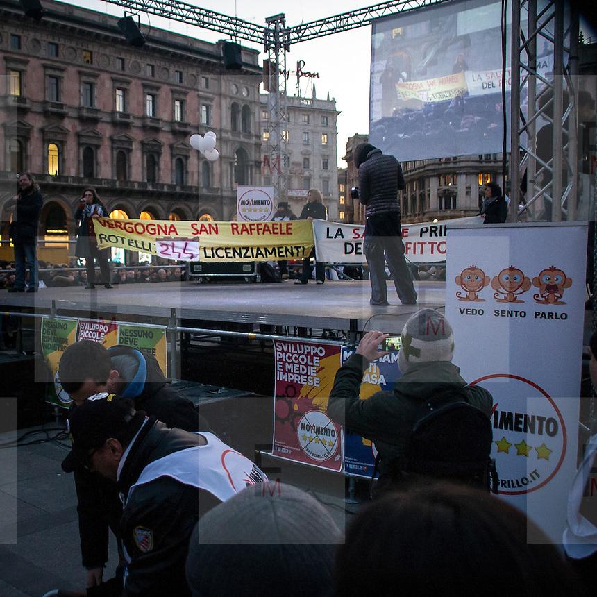 Manifestazione del Movimento 5 Stelle in Piazza Duomo a Milano. I dipendenti dell'ospedale San Raffaele protestano contro i licenziamenti decisi dalla nuova dirigenza.