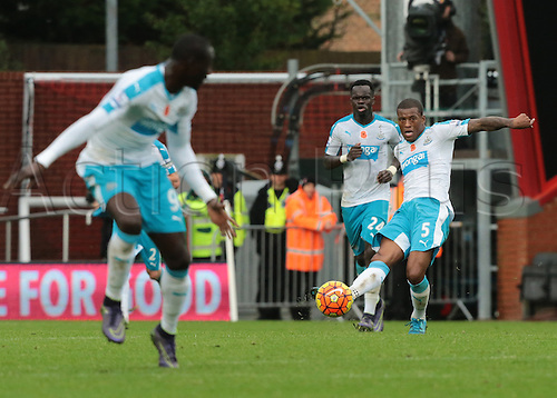 07.11.2015. Vitality Stadium, Bournemouth, England. Barclays Premier League. Georginio Wijnaldum of Newcastle knocks the ball forward to Papiss Cisse of Newcastle. Newcastle hold on for the win under a lot of Bournemouth pressure