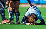 Laren - Maxime Kerstholt (Lar) blesseert haar knie  tijdens de Livera hoofdklasse  hockeywedstrijd dames, Laren-Oranje Rood (1-3).  COPYRIGHT KOEN SUYK