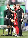 Trainer Markus Gisdol (1. FC Koeln) spricht mit Marco Hoeger (1. FC Koeln) vor der Einwechslung.<br /><br />Sport: Fussball: 1. Bundesliga:: nphgm001:  Saison 19/20: 34. Spieltag: SV Werder Bremen - 1. FC Koeln, 27.06.2020<br /><br />Foto: Marvin Ibo GŸngšr/GES/Pool/via gumzmedia/nordphoto