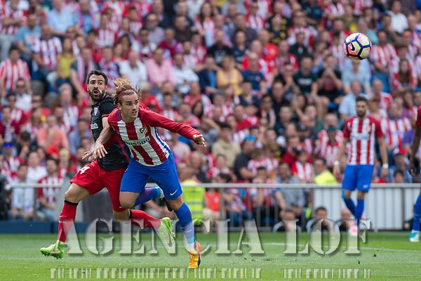 MADRID, ESPAÑA - 21 DE MAYO DE 2017: Antoine Griezmann cede un balón de cabaza durante el encuentro entre el Atlético de Madrid y Athletic Club de Bilbao, correspondiente al partido de la 38 jornada de liga, disputado en el Estadio Vicente Calderón. (Foto: Mateo Villalba-Agencia LOF)