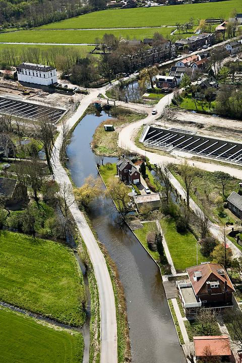 Nederland, Noord-Holland, Abcoude, 16-04-2008; aquaduct voor de spoorlijn Amsterdam-Utrecht onder het riviertje het Gein; het vrijstaande witte gebouw is het voormalige station; de spoorlijn is verdubbeld, Abcoude heeft een nieuwe station (eigenlijk halte) gekregen voor forenzen;  forens, spoorverdubbeling, spoorbaan, officiele naam voor het bouwwerk het Rien Nouwen Aquaduct..luchtfoto (toeslag); aerial photo (additional fee required); .foto Siebe Swart / photo Siebe Swart.