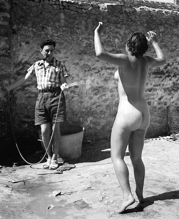 Pierre Jamet<br /> Dina nue arros&eacute;e, auberge de jeunesse de Villeneuve-sur-Auvers, 1937.<br /> -----<br /> Pierre Jamet<br /> Dina Naked and Splashed, Villeneuve-sur-Auvers Youth Hostel, 1937.
