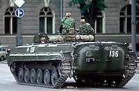 LETTLAND, 20.08.1991.Riga.Waehrend des Anti-Gorbatschow-Putsches versuchen sowjetische Truppen, die Kontrolle über Riga zu erhalten, mit dem Scheitern des Putsches gewinnt Lettland endgueltig seine Unabhaengigkeit. - Sowjetische Fallschirmjaeger mit leichtem Schuetzenpanzer bewachen die Vansu-Bruecke ueber die Daugava nahe der Altstadt (Valdemara iela)..During the anti-Gorbachev-coup Soviet troops try to obtain control of Riga. With the failure of the coup Latvia finally regains its independence. - Soviet paratroopers occupying the Vansu bridge across the Daugava (Valdemara street)..© Martin Fejer/EST&OST