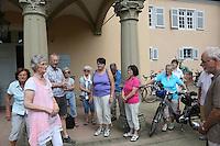 Museumsführerin Andrea Rohrmann (2vl, rosa) zeigt der Gruppe der Leser-Radtour das Jagdschloss Kranichstein
