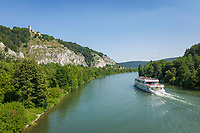 Deutschland, Bayern, Niederbayern, Naturpark Altmuehltal, bei Essing: Ausflugsschiff auf dem Main-Donau-Kanal unterhalb der Burg Randeck | Germany, Bavaria, Lower Bavaria, Natural Park Altmuehltal, near Essing: sightseeing boat on Rhine-Main-Danube-Canal, atop Castle Randeck