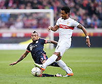 Fussball  1. Bundesliga  Saison 2015/2016  29. Spieltag  VfB Stuttgart  - FC Bayern Muenchen    09.04.2016 Arturo Vidal (li, FC Bayern Muenchen) gegen Daniel Didavi (VfB Stuttgart)