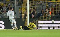FUSSBALL  CHAMPIONS LEAGUE  HALBFINALE  HINSPIEL  2012/2013      Borussia Dortmund - Real Madrid              24.04.2013 Cristiano Ronaldo (li, Real Madrid) erzielt das Tor zum 1:1. Lukasz Piszczek (re, Borussia Dortmund) kommt zu spaet