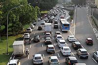 ATENCAO EDITOR: FOTO EMBARGADA PARA VEICULO INTERNACIONAL - SAO PAULO, SP, 05 DEZEMBRO 2012 - TRANSITO EM SAO PAULO -  Transito na av 23 de maio nesse final de tarde encontra-se bastante lento no siga e pare no sentido zona sul na regiao da Liberdade zona central da capital paulista nessa quarta, 05. (FOTO: LEVY RIBEIRO / BRAZIL PHOTO PRESS)