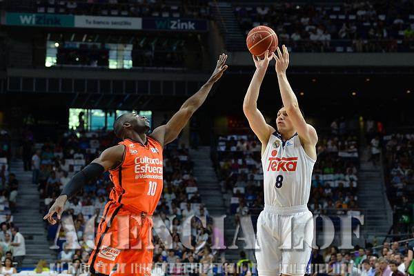 MADRID, ESPAÑA - 11 DE JUNIO DE 2017: Maciulis realiza un tiro ante Sato durante el partido entre Real Madrid y Valencia Basket, correspondiente al segundo encuentro de playoff de la final de la Liga Endesa, disputado en el WiZink Center de Madrid. (Foto: Mateo Villalba-Agencia LOF)