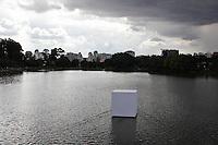 """SAO PAULO, SP, 25 DE JANEIRDE DE 2012 - OBRA GUTO LACAZ - <br /> A obra """"Objetos Flutuantes Não Identificados"""", do artista plástico Guto Lacaz, pôde ser vista no lago interno do Parque do Ibirapuera, zona sul de São Paulo, nesta quarta-feira (25). (FOTO: MILENE CARDOSO - NEWS FREE)."""