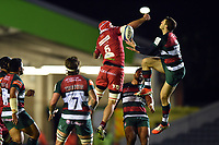 Jonah Holmes of Leicester Tigers competes with Blade Thomson of the Scarlets for the ball in the air. Heineken Champions Cup match, between Leicester Tigers and the Scarlets on October 19, 2018 at Welford Road in Leicester, England. Photo by: Patrick Khachfe / JMP