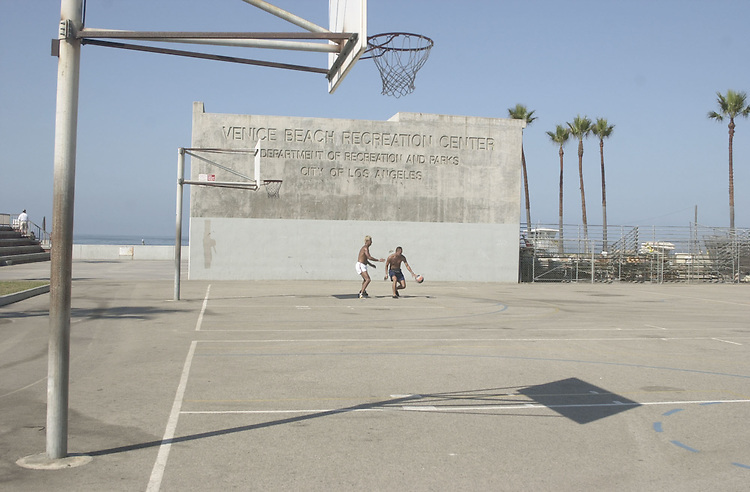 DNCconvention01(TW)081700 -- Basketball players play off the Venice Beach promenade.