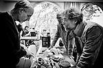 Jean-Michel et Dominique r&eacute;parent un souffleur de feuilles de marque STIHL au Repair Caf&eacute; de Beaufort-en-Vall&eacute;e (Maine-et-Loire). <br /> Le composant d&eacute;fectueux est en fait un Triac, composant &eacute;lectronique tr&egrave;s bon march&eacute; (Une fois enclench&eacute; par une impulsion sur la g&acirc;chette, le triac laisse passer le courant jusqu'au moment o&ugrave; ce courant redevient inf&eacute;rieur &agrave; un seuil critique).