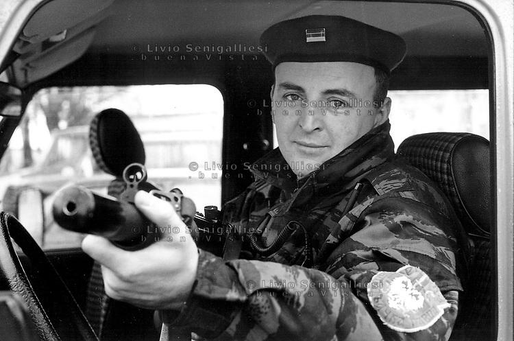 Vukovar / Croazia 11/1991<br /> Zeliko Raznatovic, noto col nome Arkan, comandante delle milizie paramilitari serbe, fotografato durante i giorni della presa di Vukovar con un aiutante di campo nella base di Erdut.<br /> Zeliko Raznatovic, known as Arkan, commander of the Serb paramilitary militias, photographed in Erdut barracks during the days of the conquest of Vukovar.<br /> Photo Livio Senigalliesi