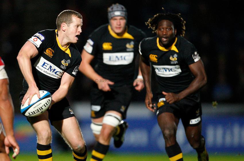 Photo: Richard Lane/Richard Lane Photography. London Wasps v Gloucester Rugby. LV= Cup. 15/11/2009. Wasps' Dave Walder passes.