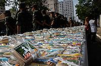 SAO CAETANO DO SUL, 28 DE JULHO 2012 - ANIVERSARIO DE SAO CAETANO DO SUL - Soldados do Exército fazem a segurança e entrega do bolo de 28. 125 metros, totalizando 6 mil pedaços, que será distribuído em homenagem aos 135 anos da cidade de São Caetano do Sul, na Praça da Matriz, neste sábado. Os militares também se encarregaram de distribuir pedaços de bolo para os moradores.FOTO: VANESSA CARVALHO / BRAZIL PHOTO PRESS.