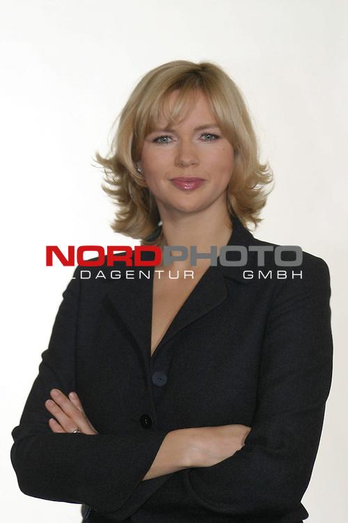 Fotocall zu &quot;Sterne leuchten auch am Tag&quot;, ZDF-Fernsehfilm, Ausstrahlung am 6.Dezember 2004<br /> <br /> Veronica Ferres, Halbkoerper, verschraenkte Arme, frontal<br /> <br /> Foto &copy; nordphoto / Volker Sarbach<br />  *** Local Caption *** Foto ist honorarpflichtig! zzgl. gesetzl. MwSt.<br />  Belegexemplar erforderlich<br /> Adresse: nordphoto<br /> Georg-Reinke-Strasse 1<br /> 49377 Vechta