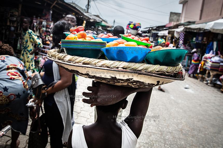 Mercato di Cotonou, bambina al lavoro