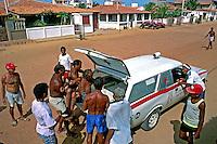 Atendimento  médico de emergência em Canoa Quebrada, Ceará. 1993. Foto de Juca Martins.