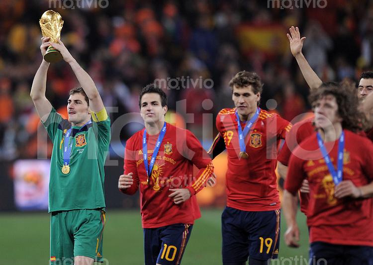 FUSSBALL WM 2010  FINALE   11.07.2010 Holland - Spanien Iker CASILLAS, Cesc FABREGAS und Fernando LLORENTE (v.l., alle Spanien) jubeln mit dem WM Pokal