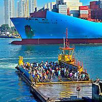 Transporte de balsa e navio cargueiro no Canal de Santos. Sao Paulo. 2013. Foto de Silvio Dutra.