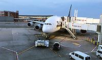 A380 von Singapore Airlines steht bereit am Gate des Terminal 4 auf dem John F Kennedy Airport in New York - 11.04.2018: Sightseeing in New York