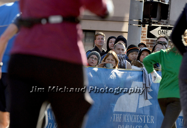People watching the runners coming into the finish line during the 81st running of the Manchester Road Race, Thursday, November 23, 2017, in  Manchester. (Jim Michaud / Journal Inquirer)