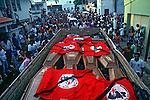 Enterro de trabalhadores rurais mortos no massacre de Eldorado dos Carajas. Para. 1996. Foto de Joao Roberto Ripper.