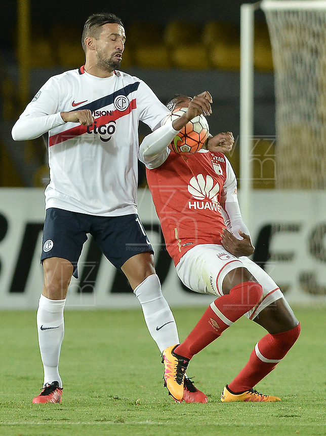 BOGOTÁ-COLOMBIA-16-02-2016: Carlos Alberto Ibarguen (Der) jugador de Independiente Santa Fe de Colombia disputa el balón con Victor Mareco (Izq) jugador de Cerro Porteño de Paraguay, durante partido de la fecha 1 por la segunda fase, llave G8, de la Copa Bridgestone Libertadores 2016 jugado en el estadio Nemesio Camacho El Campin de la ciudad de Bogotá. / Carlos Alberto Ibarguen (R) player of Independiente Santa Fe of Colombia fights for the ball with Victor Mareco (L) player of Cerro Porteño of Paraguay during the match of the date 1 for the second phase, G8 key, of the Copa Bridgestone Libertadores 2016 played at Nemesio Camacho El Campin stadium in Bogota city.  Photo: VizzorImage/ Gabriel Aponte /Staff