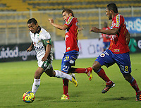 BOGOTA-COLOMBIA-115 -03-2013. Wilson Morelo (Izquierda)  de La Equidad disputa el balón con Osneíder Alvarez  (centro) y Wilson Galeano ( Derecha)  del Pasto durante el  encuentro de La Liga Postobón .Estadiio de Techo.  Wilson Morelo ( left)  of Equity fights for the ball with the Pasto Osneíder ( center) and   Wilson Galeano  ( right)  during the match for La Liga Postobon. Stadium Roof.Photo / VizzorImage / Felipe Caicedo / Staff