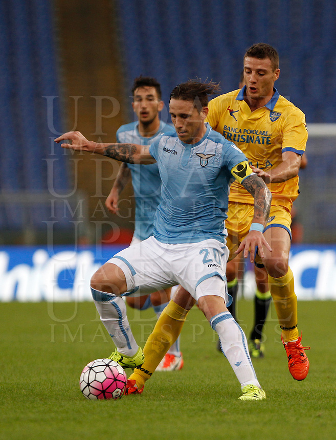 Calcio, Serie A: Lazio vs Frosinone. Roma, stadio Olimpico, 4 ottobre 2015.<br /> Lazio&rsquo;s Lucas Biglia, left, is challenged by Frosinone&rsquo;s Daniel Ciofani during the Italian Serie A football match between Lazio and Frosinone at Rome's Olympic stadium, 4 October 2015.<br /> UPDATE IMAGES PRESS/Isabella Bonotto