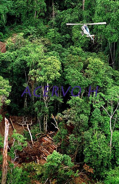Com uma estrutura de 3 helic&oacute;pteros e 3 avi&otilde;es o Ibama, com o apoio do Greenpeace, encontrou grande quantidade de madeira escondida no meio da floresta numa opera&ccedil;&atilde;o, a maior at&eacute; ent&atilde;o na Amaz&ocirc;nia, que resultou na apreen&ccedil;&atilde;o de 9 mil m3 de mogno.<br /> Uruar&aacute;, Par&aacute; , Brasil.<br /> &copy;Foto: Paulo Santos/Interfoto<br /> 30/10/2001<br /> Negativo Cor