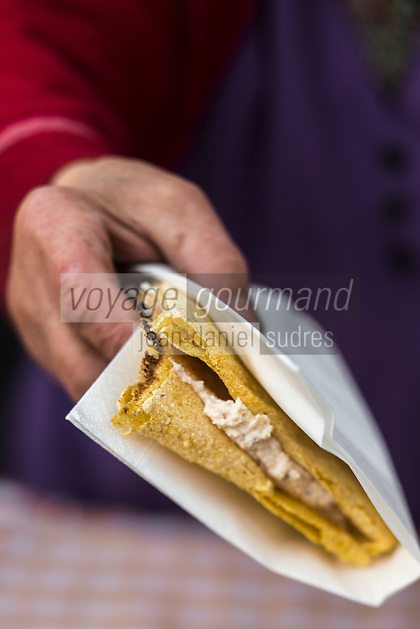 Italie, Val d'Aoste, Hône:  Sur le marché de Noël:  Miasse , La miassa est une  crêpe locale à base de farine de maïs / Italy, Aosta Valley, Hône :  Christmas market: Cooking Miasse, The Miassa is a local pancake made of cornmeal
