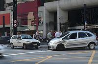 SAO PAULO, 02 DE JULHO DE 2012 - ACIDENTE CARRO X CARRO PAULISTA - Colisao entre dois carros no cruzamento entre a Avenida Paulista e a rua Teixeira da Silva, causa interdicao temporaria de uma faixa da avenida no sentido bairro, na tarde desta segunda feira, regiao central da capital.