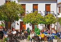 Spanien, Andalusien, Provinz Cádiz, Zahara de la Sierra: weisses Dorf mit Resten einer maurischen Burg und einem Bergfried, zum Nationaldenkmal erklaert, Cafe im Ortszentrum | Spain, Andalusia, Province Cádiz, Zahara de la Sierra: pueblo blanco with ruins of moorish castle and donjon, cafe at village centre