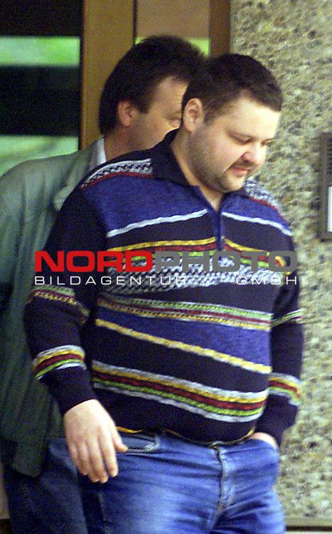 Mike Andres, mutmasslicher Taeter der in Cottbus aufgefundenen 19 jaehrigen Katja Rudel aus Steinfeld ( Niedersachsen ) verlaesst mit einem Kripo Beamten nach einer erneuten vernehmung das Polizeigebaeude in Vechta.<br />  Foto ł nordphoto - Phone (04441) 89400 <br /> http://www.nordphoto.de<br /> - Foto ist honorarpflichtig! Belegexemplar erforderlich - <br /> Bankverbindung:<br /> Kreissparkasse Diepholz; Konto Nr. 7419 / BLZ 25651325<br /> Telefon: 04441-89400 / Fax: 04441-894022