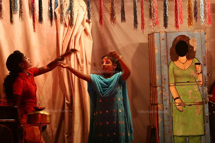 12.11.2008 Pushkar(Rajasthan) <br /> <br /> Women taking off razor blade from her mouth in a circus during the pushkar fair.<br /> <br /> Femme faisant sortir des lames de razoir de sa bouche dans un cirque durant la Pushkar fair.