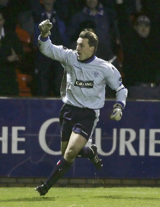 Dundee utd v Rangers 1.1.2005: Stefan klos celebrates as Rangers equalise at the death