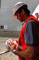 ATENCAO EDITOR IMAGEM EMBARGADA PARA VEICULO INTERNACIONAL - SAO PAULO, SP, 06 OUTUBRO DE 2012 - ELEICOES SP - FERNANDO HADDAD - O candidato do Partido dos Trabalhadores a prefeitura de Sao Paulo Fernando Haddad, durante visita as obras do Itaquerao, na regiao leste da capital paulista, neste sabado, 06. (FOTO: VANESSA CARVALHO / BRAZIL PHOTO PRESS).
