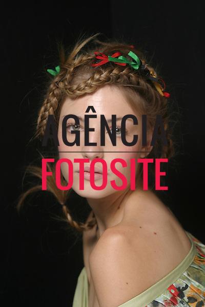 Backstage do Isabela Capeto.<br /> Modelo Barbara Berger .<br /> S&atilde;o Paulo Fashion Week- Ver&atilde;o 2005.                   <br /> 22/06/2004