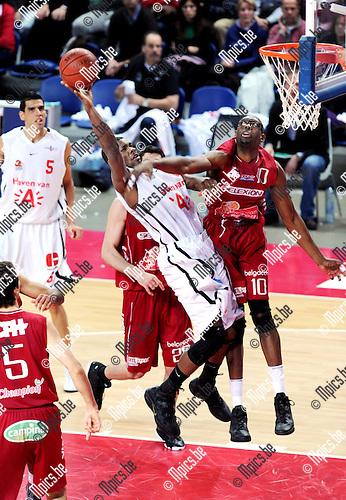 11-12-10 / Basketbal / seizoen 2011-2012 / Antwerp Giants - Charleroi / Andre Riddick probeert Darnell Wilson (Antwerp) tevergeefs af te blokken...Foto: Mpics.be