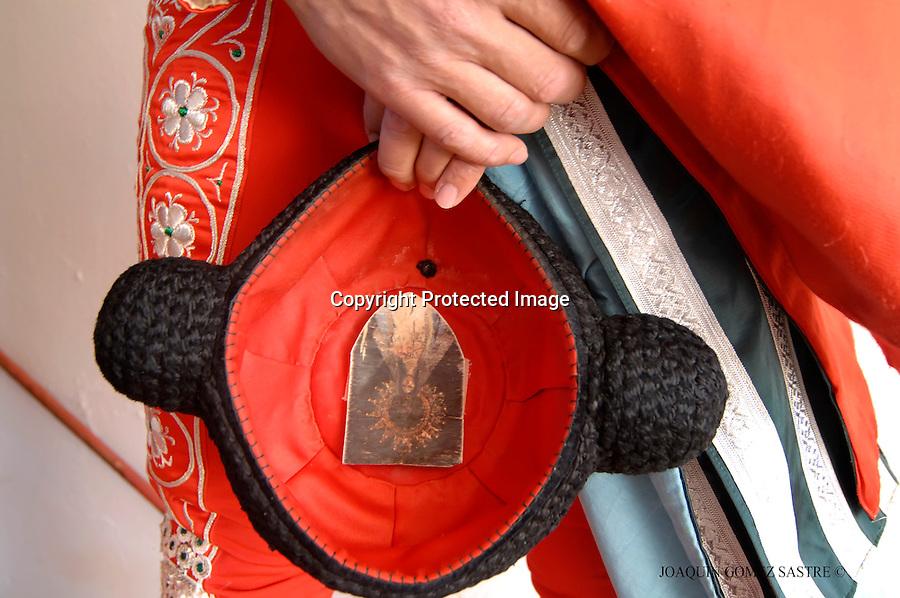 22 JULIO 2008 SANTANDER .Corrida de toros del 22 julio dentro de las fiestas de Santiago.Un banderillero espera y en su montera una imagen de la virgen para que le proteja..foto JOAQUIN GOMEZ SASTRE