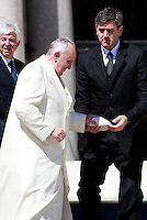Papa Francesco accompagnato dal maggiordomo Sandro Mariotti, a destra, al termine dell'udienza generale del mercoledi' in Piazza San Pietro, Citta' del Vaticano, 16 aprile 2014.<br /> Pope Francis is helped by his butler Sandro Mariotti, right, at the end of his weekly general audience in St. Peter's Square at the Vatican, 16 April 2014.<br /> UPDATE IMAGES PRESS/Isabella Bonotto<br /> <br /> STRICTLY ONLY FOR EDITORIAL USE