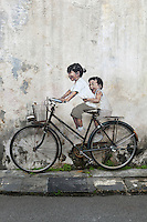Malaysia, Pulau Penang, Georgetown: Little Children on a Bicycle mural by Lithuanian artist Ernest Zacharevic on Armenian Street | Malaysia, Pulau Penang, Georgetown: Kinder auf einem Fahrrad - Wandmalerei in der Armenian Street vom Litauer Kuenstler Ernest Zacharevic